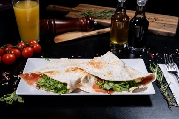 Piadina cu Prosciutto Crudo, Rucola si Mozzarella - The Oak Baia Mare